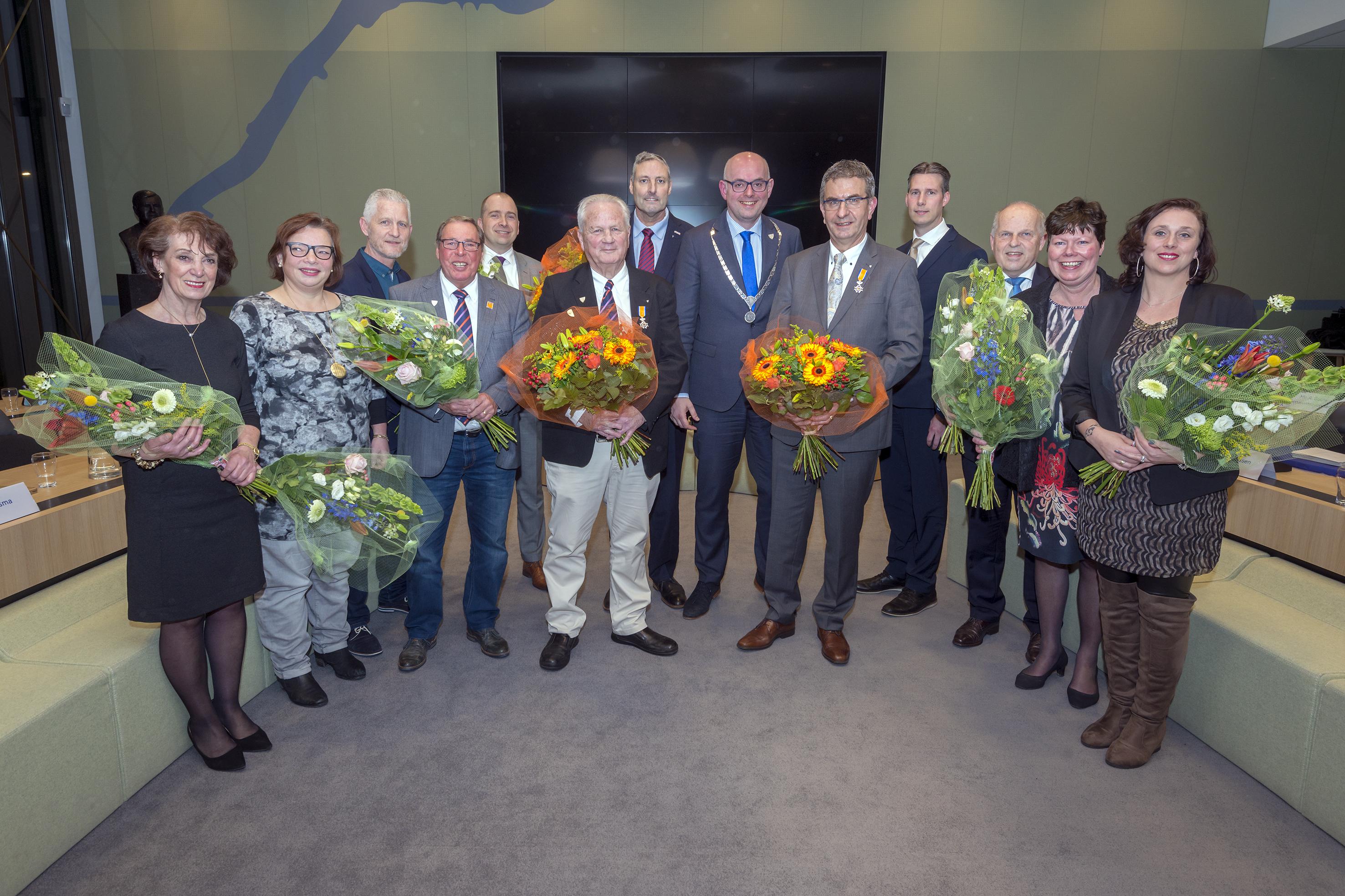 Burgemeester Martijn Vroom reikt koninklijke onderscheidingen en Burgemeester W. van Waningpenningen uit